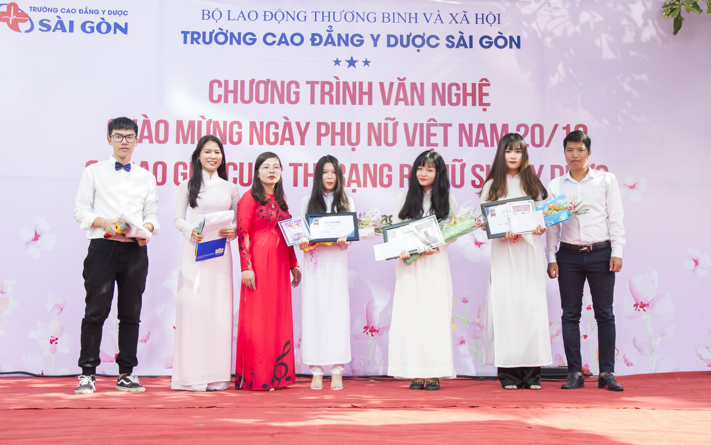 Thầy trò trường Cao đẳng Y Dược Sài Gòn chào mừng ngày 20/10