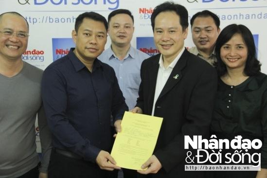 Cán bộ, phóng viên Báo điện tử Nhân đạo kí đơn đăng ký hiến tạng