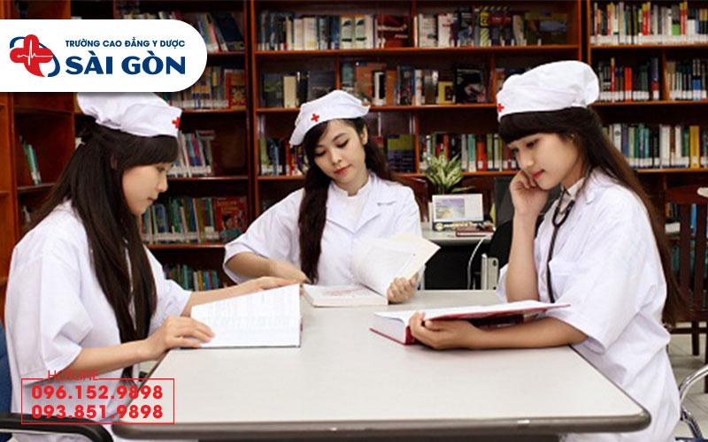 Con gái nên học Cao đẳng Dược hay Cao đẳng Điều dưỡng?