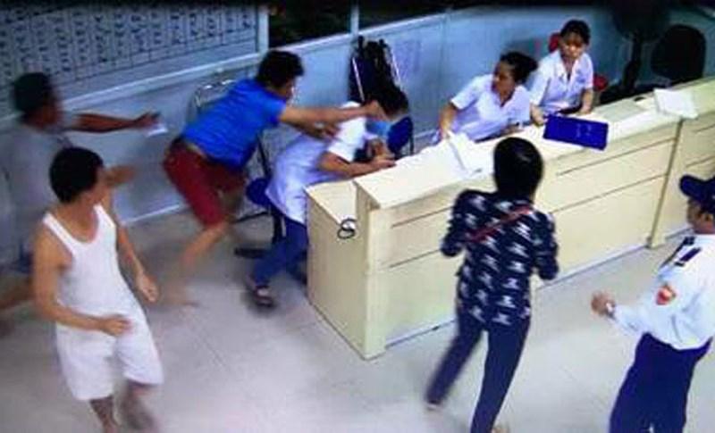Nạn bạo hành với các nhân viên y tế ở bệnh viện, bao giờ mới chấm dứt?