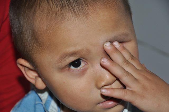 """Quặn Lòng: Mẹ ơi, mắt của con """"trốn"""" đi đâu rồi?"""