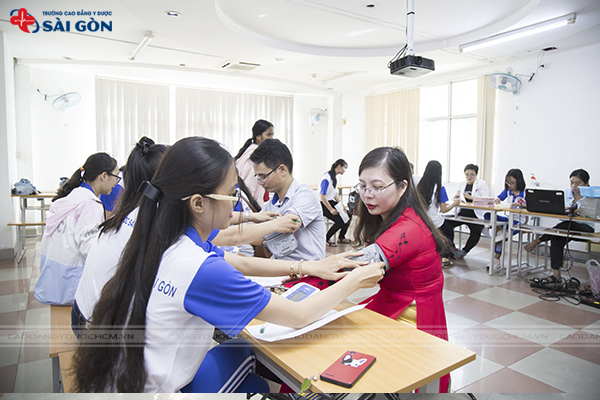 sinh-vien-truong-cao-dang-y-duoc-tham-gia-chuong-trinh-hien-mau-nhan-dao-